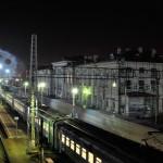 Ночные поезда на железнодорожном вокзале